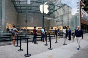 FILE PHOTO: Customers distance before entering an Apple Store during phase one of reopening after COVID-19 lockdown in New York City